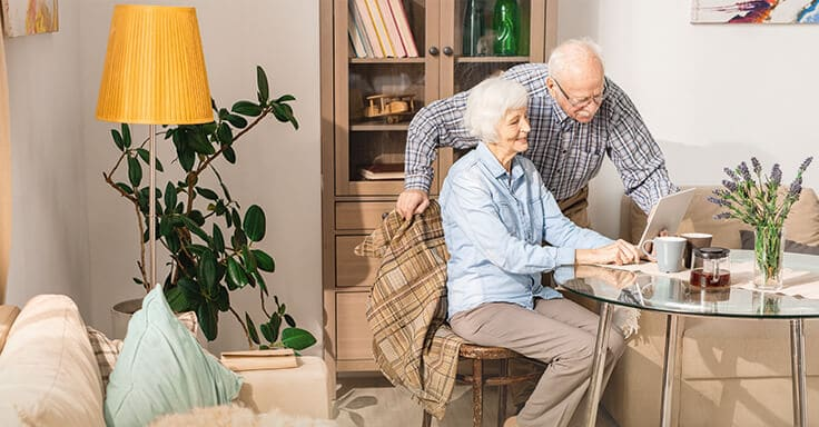 Seniorenpaar mit Tablet